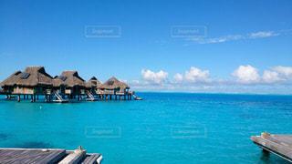 水の体の横に座っている青と白のボートの写真・画像素材[1364686]