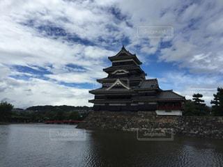 水の体の横にある大きな時計塔の写真・画像素材[1364687]