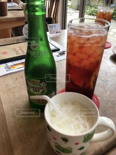 コーヒー カップの横にビールのボトルの写真・画像素材[1412851]