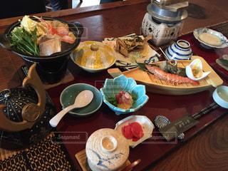 テーブルな皿の上に食べ物のプレートをトッピングの写真・画像素材[1697201]
