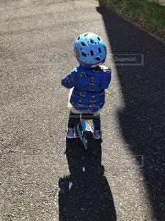 道路の側をスケート ボードに乗って少年の写真・画像素材[1773865]