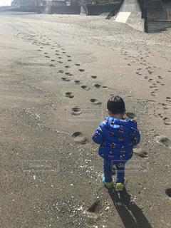 ビーチに立っている少年の写真・画像素材[1773866]