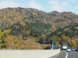 秋のハイウェイドライブの写真・画像素材[842355]