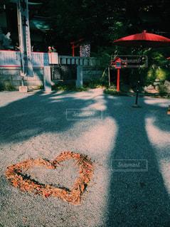 未舗装の道路を歩いて人々 のグループの写真・画像素材[873586]