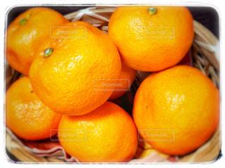 テーブルの上のオレンジのボウルの写真・画像素材[896730]