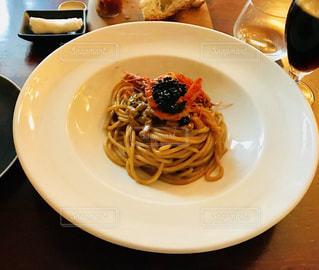 テーブルの上に食べ物のプレートの写真・画像素材[890973]