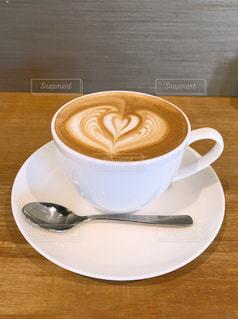 飲み物,カフェ,屋内,温かい,テーブル,スプーン,皿,ハート,カップ,カプチーノ,美味しい,落ち着く,飲料,ほっとする,程よい甘さ