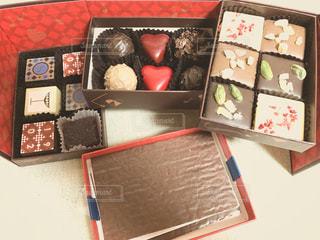 赤,プレゼント,楽しい,嬉しい,ハート,箱,チョコレート,引き出し,甘い,おいしい,大好き,アルコール,ホワイトチョコ,種類,おしゃれ,ほろ苦い,ときめく