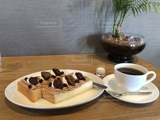 モンブラントーストとコーヒーの写真・画像素材[1524021]