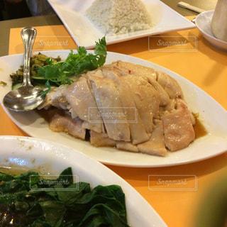 テーブルの上に食べ物のプレート - No.921150