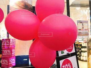 店の前の大きなピンクの風船 - No.858430