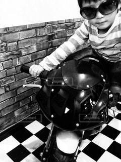 バイクに座っている小さな子供 - No.854314