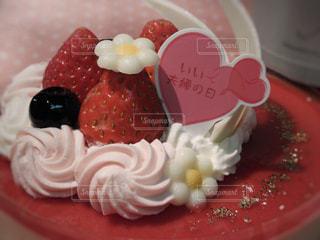 プレートに飾られたケーキ - No.875267