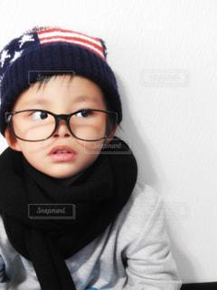 メガネをかけて、カメラで笑顔の男の子 - No.881215