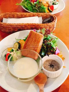 テーブルの上の皿の上に食べ物 - No.894026