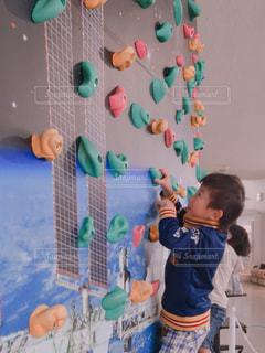 壁を登る小さな男の子の写真・画像素材[894049]