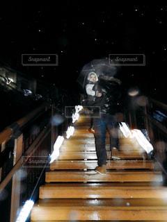 男性,夜,傘,階段,親子,男子,子供,人物,人,幼児,抱っこ,男の子,父