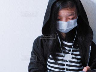 マスクを身に着けている人の写真・画像素材[1112206]