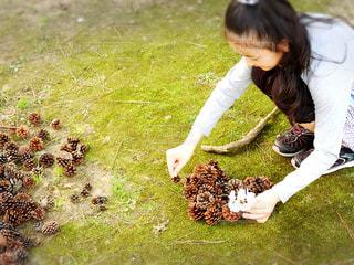 草の中に立っている少女 - No.1113438
