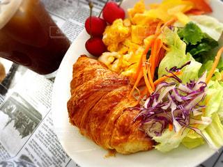テーブルの上に食べ物のプレートの写真・画像素材[1275760]
