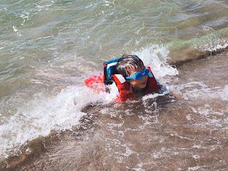 海,夏,屋外,波,水面,人物,人,水遊び,男の子,マリンスポーツ,夏バテ,熱中症,熱中症対策