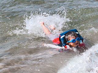 水の体の上に波に乗っている男の子の写真・画像素材[1363501]