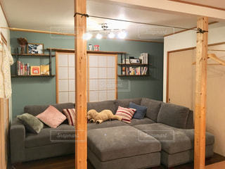 リビング ルームで茶色の革のソファの写真・画像素材[1802997]