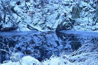 雪のフィンドホーンの澄んだ川 - No.926345