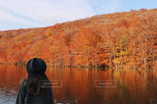 水の体の横に立っている人の写真・画像素材[842951]