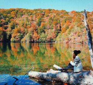 水の体の横に立っている人の写真・画像素材[882401]