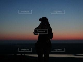 日没の前に立っている男の写真・画像素材[920793]