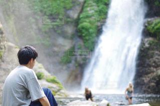滝と男の子の写真・画像素材[1495675]