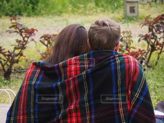のんびり過ごすカップルの写真・画像素材[2091478]