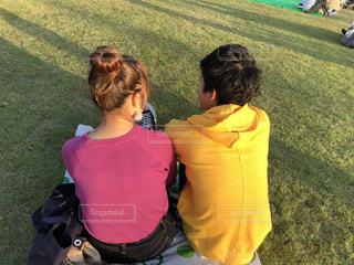 芝生の上でゆったり過ごすカップルの写真・画像素材[2092613]