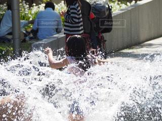 公園,夏,後ろ姿,水,女の子,噴水,遊び,野外,水浴び,レジァー