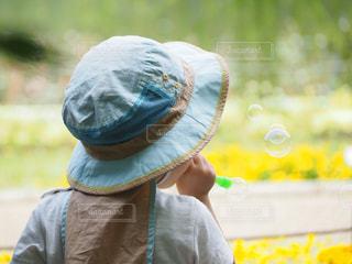 公園,後ろ姿,帽子,子供,シャボン玉,人,遊び,レジャー,男の子,行楽