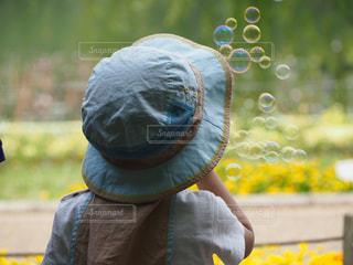 公園,後ろ姿,帽子,子供,シャボン玉,人,遊び,レジャー,男の子,行楽,歓喜