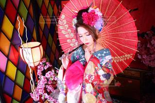 カラフルな傘を保持している女性の写真・画像素材[858400]