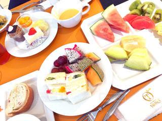 テーブルな皿の上に食べ物のプレートをトッピングの写真・画像素材[898046]