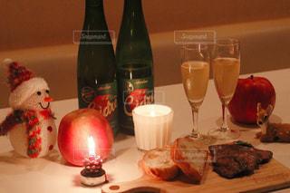 テーブルの上のワインのボトルの写真・画像素材[2771199]