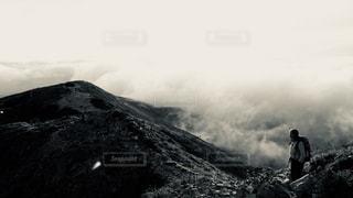 雪に覆われた山に立つ男の写真・画像素材[854552]