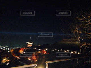 夜のライトアップされた街の写真・画像素材[844278]