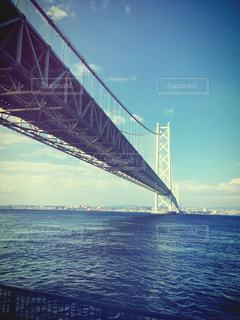 水の体の上の橋の写真・画像素材[1196380]
