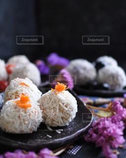 近くに寿司のアップの写真・画像素材[863947]