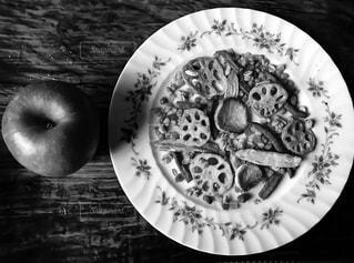林檎と大きなお皿の写真・画像素材[854159]