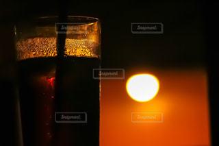 夕陽と珈琲の写真・画像素材[959338]