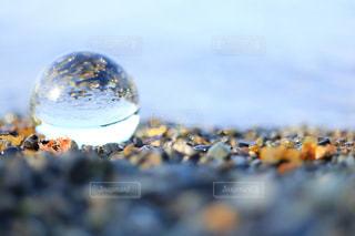 ガラス玉に映る海の写真・画像素材[1216948]
