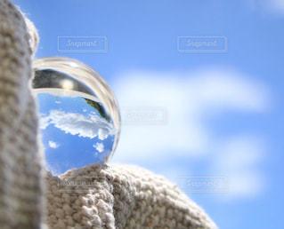 青空と白い雲が映る水晶玉の写真・画像素材[1247620]