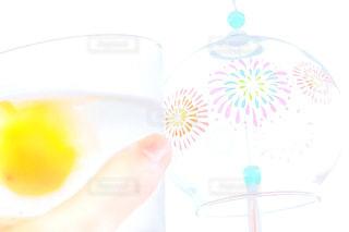 涼しげな風鈴に乾杯の写真・画像素材[1312099]