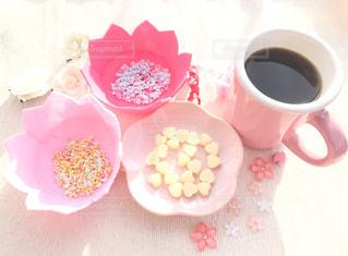 コーヒー,ピンク,珈琲,装飾品,ハートのチョコ,ピンクのカップ,ピンクの器,星の形のトッピング,花のお皿